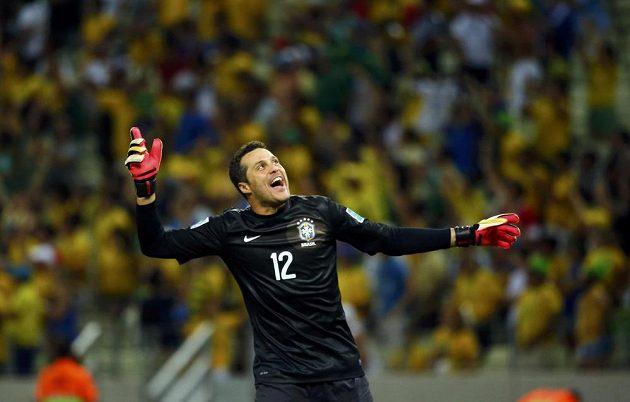 Brazilský gólman Julio Cesar oslavuje druhý gól v síti Mexika.