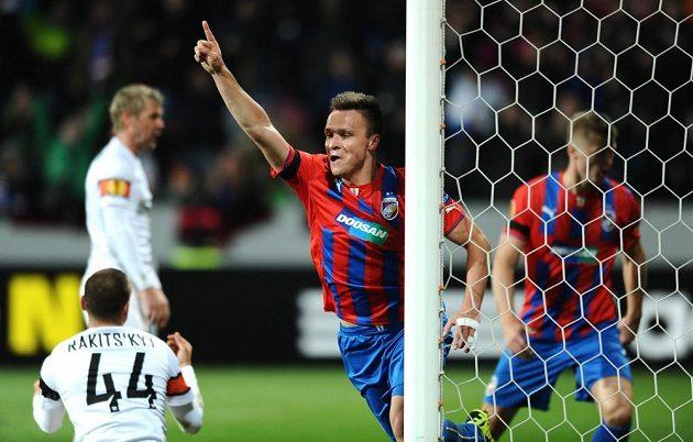 Útočník Viktorie Plzeň Stanislav Tecl oslavuje svůj gól na 1:0 v utkání se Šachtarem Doněck.