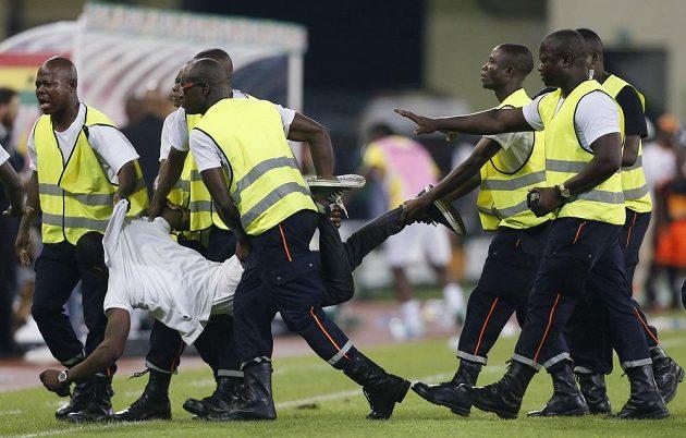 Pořadatelé odnáší fanouška Rovníkové Guineje, který chtěl inzultovat rozhodčího.