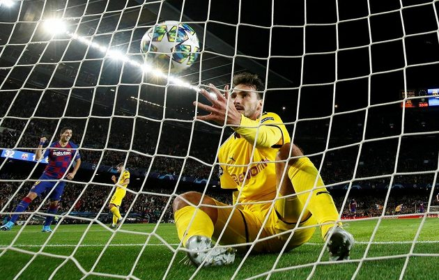 Fotbalisté Borussie Dortmund Mats Hummels v bráně po inkasovaném gólu od Barcelony.