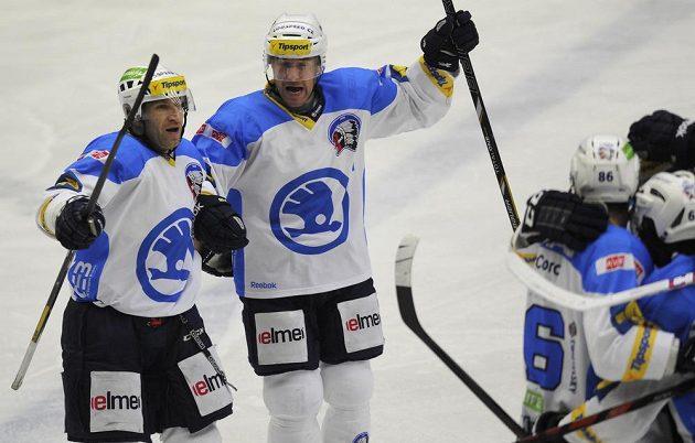 Plzeňští hokejisté se radují z gólu proti Pardubicím. Vlevo Václav Pletka, vedle něj Tomáš Vlasák.