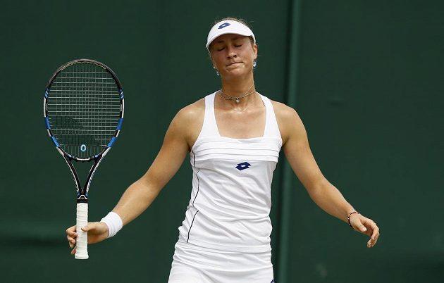 Denisa Allertová a její gesto bezradnosti v utkání 2. kola Wimbledonu proti Caroline Wozniacké.