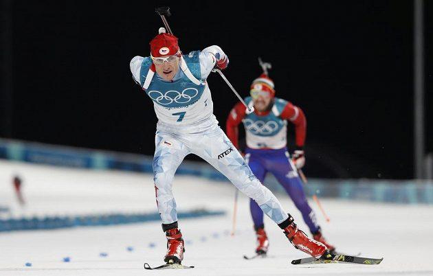 Ondřej Moravec dojíždí do cíle individuálního závodu.
