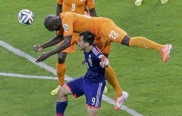 Japonec Okazaki čelí ataku Tourého v zápase s Pobřežím slonoviny.