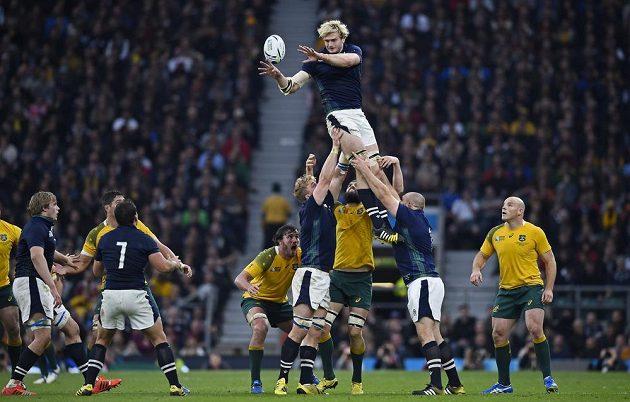 Scotský ragbista Richie Gray chytá míč v utkání s Austrálií.