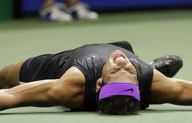 Dobojováno! Rafael Nadal padl vyčerpaný na kurt.