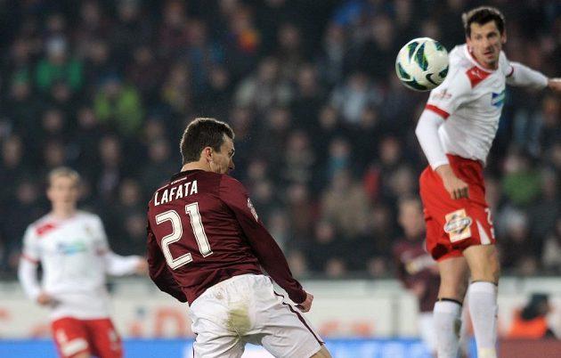 Útočník Sparty David Lafata střílí rozhodující gól do plzeňské sítě.
