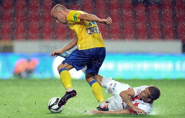 Ivo Táborský z Teplic (vlevo) a Ondřej Petrák ze Slavie bojují o míč.