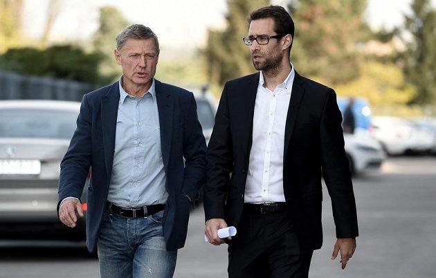 Nový trenér Sparty Praha Zdeněk Ščasný (vlevo) a ředitel komunikace Ondřej Kasík přicházejí na tiskovou konferenci.