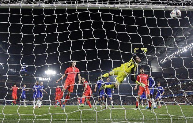 Brankář Chelsea Thibaut Courtois na gólovou hlavičku Thiaga Silvy nedosáhl a francouzský celek se dočkal zaslouženého postupu.