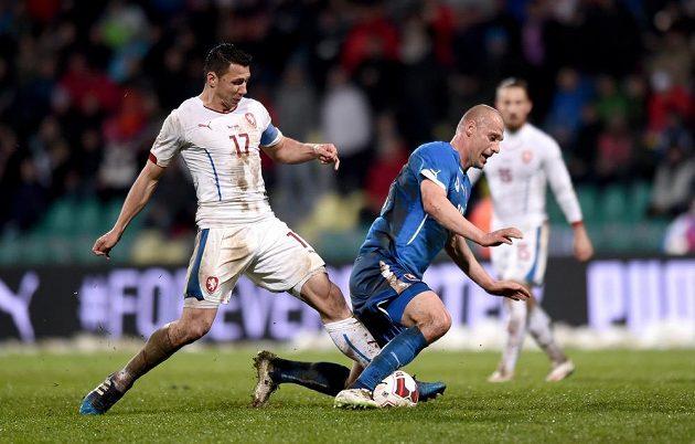 Český obránce Marek Suchý (vlevo) a Martin Jakubko ze Slovenska během přátelského utkání v Žilině.