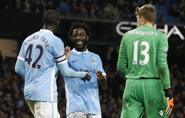 Yaya Toure (vlevo) z Manchesteru City se s Bonym Wilfriedem raduje po čtvrtém gólu, který dal v pohárovém utkání s Crystal Palace z penalty. Vpravo překonaný gólman Wayne Hennessey.