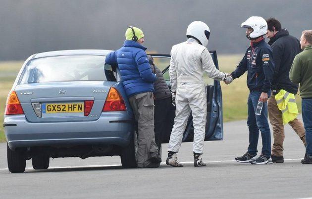 Daniel Ricciardo se v pořadu Top Gear setkal na testovacím okruhu na letišti Dunsfold i s legednárním Stigem (v bílém).