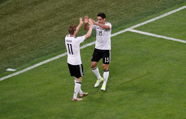 Radost německých fotbalistů Larse Stindla a Timo Wernera z první branky finále Poháru FIFA.