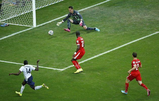 Záložník Blaise Matuidi (vlevo dole) střílí druhý gól Francie v utkání proti Švýcarsku.