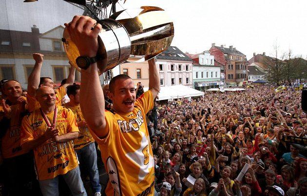 Litvínov slavil s fanoušky extraligový titul. Mistrovský pohár zvedá nad hlavu útočník Jakub Petružálek.