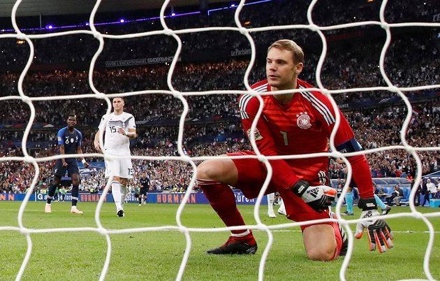Německý brankář Manuel Neuer zklamaně přihlíží, jak míč po střele Antoina Griezmanna (není na snímku) z penalty skončil v jeho síti.