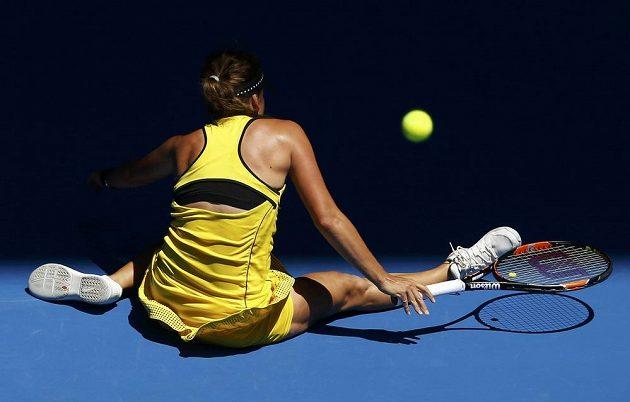 Česká tenistka Barbora Strýcová v krkolomné pozici během osmifinále Australian Open.