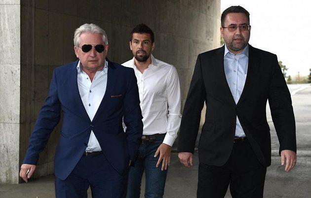 Milan Baroš (uprostřed) se svým manažerem Pavlem Paskou (ve slunečních brýlích) a majitelem Baníku Ostrava Petem Šafarčíkem přichází na čtvrteční zasedání disciplinární komise FAČR.
