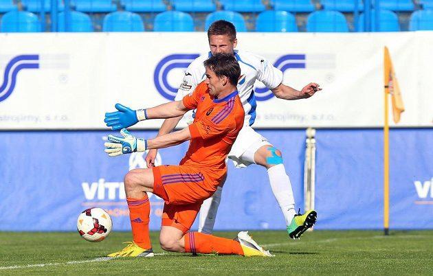 Jihlavský brankář Jan Hanuš (vpředu) a obránce Baníku Filip Kaša v zápase 28. kola Gambrinus ligy.