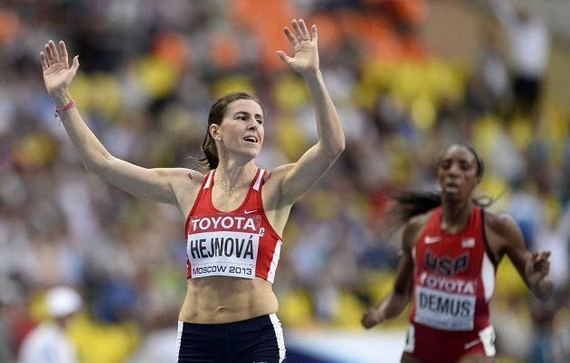 Zuzana Hejnová se raduje z titulu mistryně světa v běhu na 400 m překážek. Vpravo v cíli třetí Lashinda Demusová z USA.