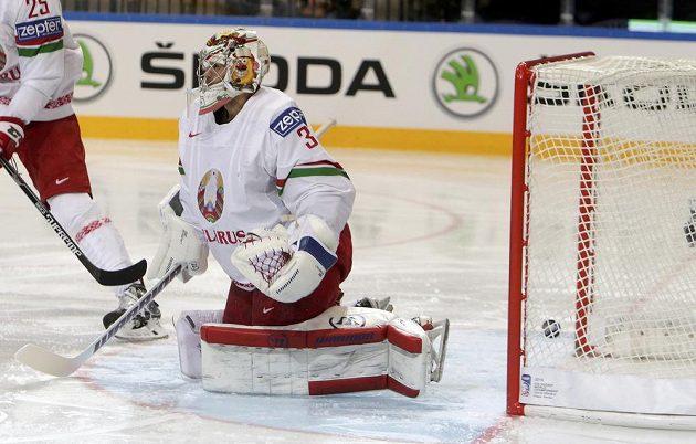 Gólman Běloruska Kevin Lalande inkasuje gól v zápase s Kanadou.