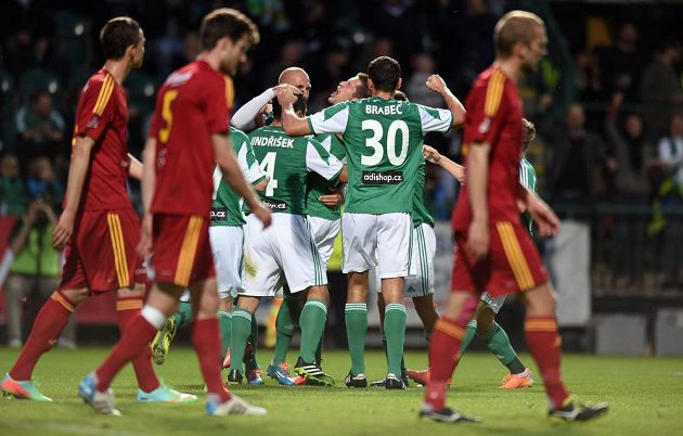 Fotbalisté Bohemians 1905 oslavují první gól v ligovém utkání s Duklou.