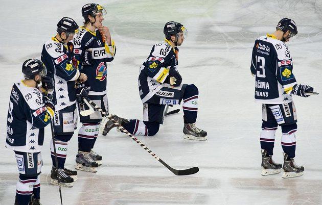 Zklamaní hokejisté Vítkovic po porážce na Spartě.