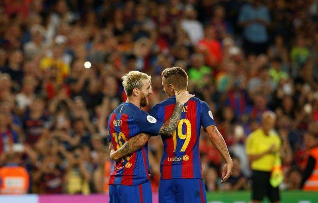 Fotbalisté Barcelony Lionel Messi (vlevo) a Lucas Digne se radují z gólu.