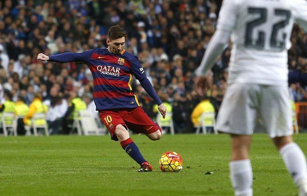 Lionel Messi z Barcelony (vlevo) přišel na hřiště v 57. minutě, Real Madrid nakonec s katalánským týmem vysoko prohrál.