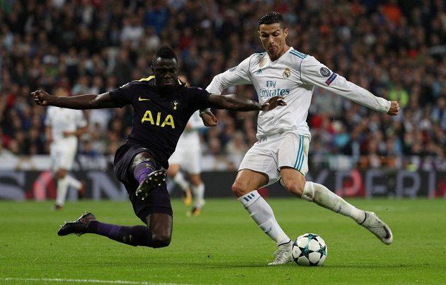 Cristiano Ronaldo pálí na branku, bránit se ho snaží Davinson Sánchez z Tottenhamu.