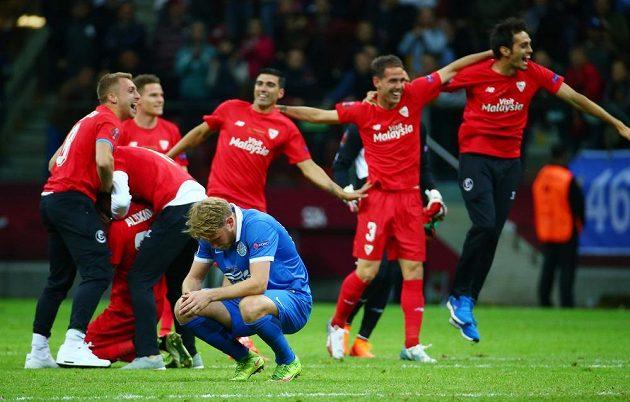 Radost a zklamání. Hráči Sevilly slaví, fotbalisté Dněpru pláčou.