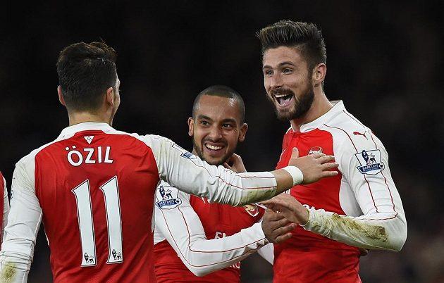 Olivier Giroud (vpravo) oslavuje druhý gól proti Manchesteru City se spoluhráči z Arsenalu Mesutem Özilem a Theem Walcottem.