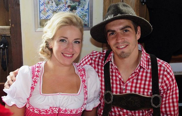 Fotbalista Bayernu Philipp Lahm s manželkou Claudií na Oktoberfestu.