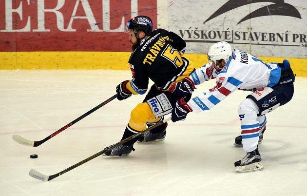 Petr Koblasa z Chomutova (vpravo) se snaží zastavit litvínovského Michala Trávníčka.