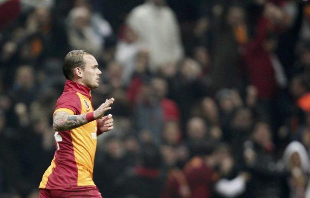 Wesley Sneijder z Galatasaraye Istanbul se raduje z gólu do sítě Realu Madrid.