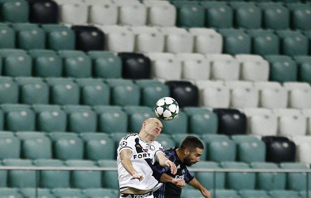 Dani Carvajal z Realu Madrid (vpravo) v hlavičkovém souboji s obráncem Legie Varšava Adamem Hlouškem.