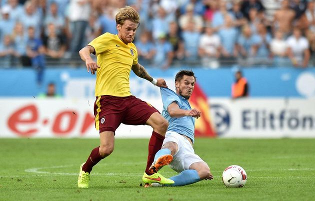 Obránce pražské Sparty Radoslav Kováč (vlevo) se snaží odebrat míč Markusi Rosenbergovi z Malmö.