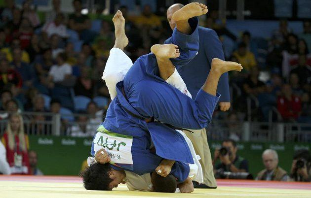 Lukáš Krpálek (v bílém) bojuje s Japoncem Rjunosukem Hagem.