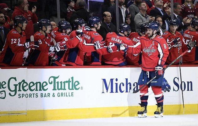 Útočník Washingtonu Capitals Alex Ovečkin slaví svou trefu do sítě Pittsburghu v utkání NHL.