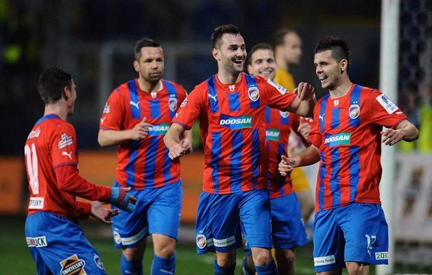 Fotbalisté Plzně Radim Řezník (uprostřed) a Michal Ďuriš oslavují šestý gól do liberecké sítě.