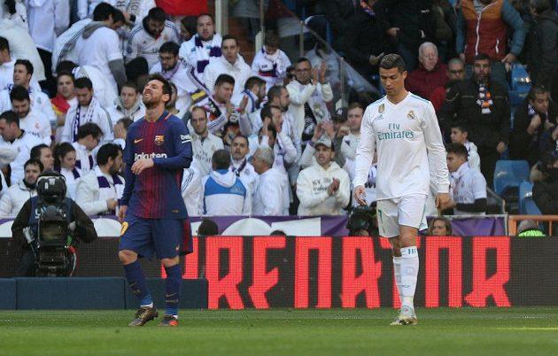Cristiano Ronaldo (vpravo) z Realu odchází stejně jako Lionel Messi z Barcelony po prvním poločase do šatny.