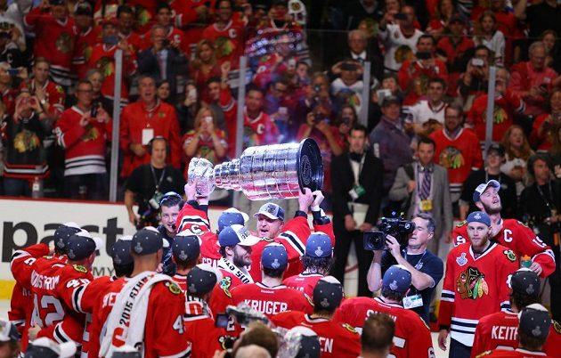 Hokejisté Chicaga se radují ze zisku Stanley Cupu.
