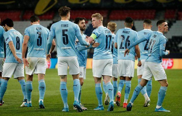 Kapitán Manchesteru City Kevin de Bruyne se raduje z gólu s Bernardem Silvou, Johnem Stonesem a dalšími spoluhráči