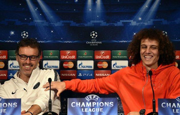 David Luiz (vpravo) a Laurent Blanc na tiskové konferenci před osmifinálovým zápasem Ligy mistrů proti Chelsea.