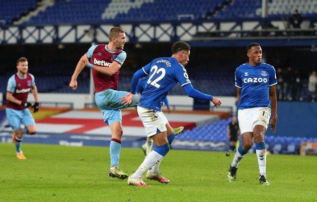 Tomáš Souček z West Hamu střílí vítězný gól proti Evertonu.