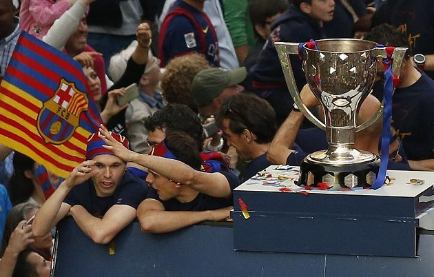 Barcelonský Andrés Iniesta (vlevo) při oslavách titulu.