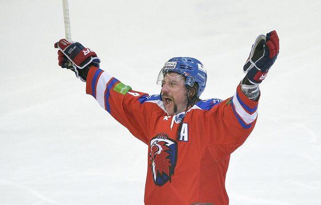 Obránce Lva Nathan Oystrick, střelec vítězného gólu v prodloužení, oslavuje vítězství v šestém finálovém duelu s Magnitogorskem.
