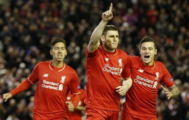 Liverpoolský James Milner slaví gól proti Augsburgu v odvetě play off Evropské ligy.