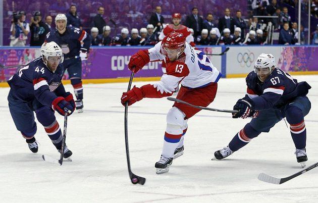Ruský útočník Pavel Dacjuk střílí gól proti USA.